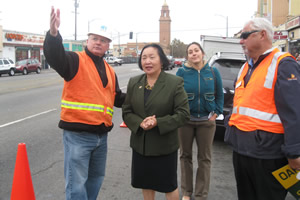 John Sofranac, who manages PG&E's outdoor lighting program, shows Oakland Mayor Jean Quan new LED streetlights along International Boulevard in East Oakland. (Photos by David Kligman.)